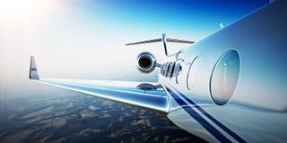 Photo de plan rapproché du vol privé d'avions de conception générique de luxe blanche en ciel bleu au lever de soleil Montagnes i Photos stock
