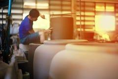 Photo de plan rapproché de la poterie traditionnelle d'argile dans l'usine photographie stock libre de droits