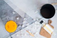 Photo de plan rapproch? d'un verre de jus d'orange frais avec des gla?ons image libre de droits