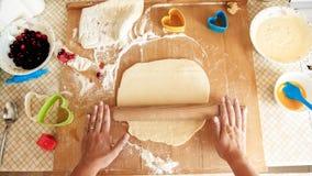 Photo de plan rapproch? de jeune femme faisant la p?te pour la pizza P?te de roulement de femme au foyer avec la goupille en bois image stock