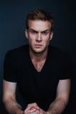 Photo de portrait de jeune homme avec le regard fâché images stock