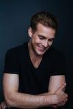 Photo de portrait de jeune homme heureux avec un sourire sans visibilité photographie stock libre de droits
