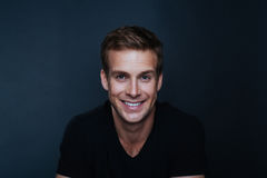Photo de portrait de jeune homme heureux avec un sourire sans visibilité images libres de droits