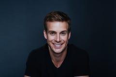 Photo de portrait de jeune homme heureux avec un sourire sans visibilité dans le NEC de v photo stock