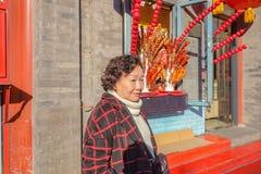 Photo de portrait des femmes supérieures asiatiques avec la nourriture chinoise célèbre de rue de tanghulu sur la rue de Qianmen photos stock