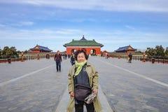 Photo de portrait du peuple chinois Unacquainted ou du touristin de femmes asiatiques supérieures marchant dans le temple du Ciel photos stock