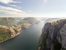 Photo de Preikestolen, roche de pupitre chez Lysefjord en Norvège Silhouette d'homme se recroquevillant d'affaires Photographie stock