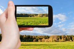Photo de prise de touristes de pré vert en automne Photographie stock libre de droits