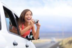 Photo de prise de touristes de voyage par la route de voiture avec l'appareil-photo Image stock