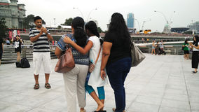 Photo de prise de touristes indienne avec Marina Bay Sands et le paysage urbain Photo stock