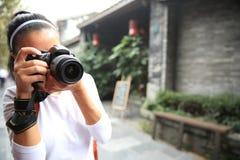 Photo de prise de touristes de femme sur la rue Image libre de droits
