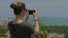 Photo de prise de touristes de voyage avec le téléphone pendant des vacances d'été Jeune adulte féminin méconnaissable appréciant clips vidéos