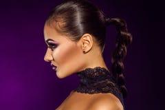 Photo de profil de femme adulte sensuelle dans le studio Image libre de droits