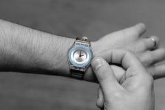 Photo de quelqu'un ajustant leur montre à l'heure d'été photos stock