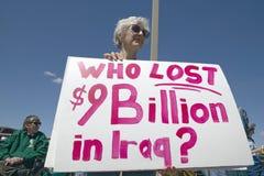 Photo de rassemblement politique d'anti-Bush dans Tucson, AZ avec des signes au sujet de guerre d'Irak dans Tucson, AZ Photographie stock libre de droits