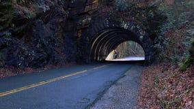 Photo de rue de perspective d'une route vide de tunnel Images stock