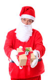Photo de Santa Claus heureuse avec des giftboxes regardant l'appareil-photo Photo stock
