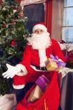 Photo de Santa Claus heureuse avec le grand sac des présents Image libre de droits