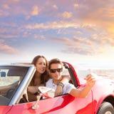 Photo de Selfie des couples de jeune adolescent dans le convertible Photographie stock libre de droits