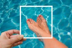 Photo de Selfie des pieds de femme à la piscine Photographie stock