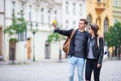 Photo de Selfie par les couples caucasiens voyageant en Europe Femme et homme romantiques de voyage dans l'individu de prise heur Photographie stock