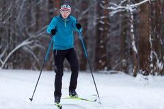 Photo de skieur d'athlète au jour d'hiver Photographie stock libre de droits