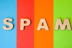 Photo de Spam de Word, de concept ou d'abréviation Exprimez le Spam composé de lettres 3D à l'arrière-plan de quatre couleur-bleu Images libres de droits
