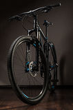 photo de studio de bicyclette de montagne sur le fond foncé Photos stock
