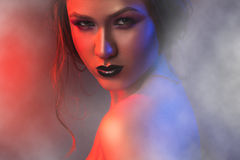 Photo de studio de femme sexy dans la fumée photographie stock libre de droits