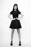 Photo de studio de jeune femme sur le fond blanc Noir et petit morceau Photographie stock