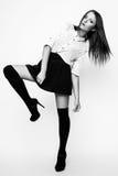 Photo de studio de jeune femme sur le fond blanc Noir et petit morceau Image libre de droits