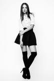 Photo de studio de jeune femme sur le fond blanc Noir et petit morceau Photos libres de droits