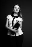 Photo de studio de jeune femme sur le fond noir Noir et petit morceau Photographie stock