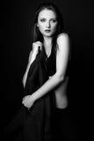 Photo de studio de jeune femme sur le fond noir Noir et petit morceau Images libres de droits