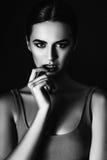 Photo de studio de jeune femme sur le fond noir Noir et petit morceau Images stock