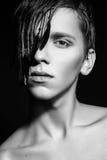 Photo de studio de jeune homme sur le fond noir Rebecca 36 Photographie stock
