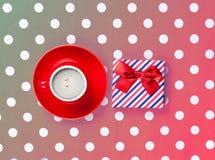Photo de tasse de café et de cadeau mignon sur le rose merveilleux Photos stock
