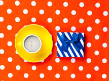 Photo de tasse de café et de cadeau mignon sur le rouge merveilleux pointillé Photo stock