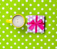 Photo de tasse de café et de cadeau mignon sur le vert merveilleux Images libres de droits