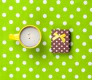 Photo de tasse de café et de cadeau mignon sur le vert merveilleux Images stock
