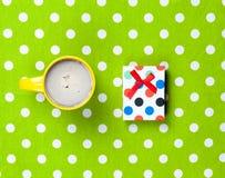 Photo de tasse de café et de cadeau mignon sur le vert merveilleux Photo stock