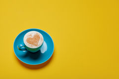 Photo de tasse de café sur le fond jaune merveilleux Photos stock