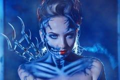 Photo de thème de Holoween de femme sexy avec l'art de visage du crâne sur le fac Photo stock