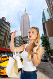 Photo de touristes blonde de selfie de fille dans la 5ème avenue de New York Photographie stock libre de droits