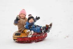 Photo de tuyauterie gaie d'équitation de soeur et de frère Photo libre de droits
