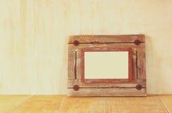 Photo de vieux cadre en bois nautique sur la table en bois Photo libre de droits