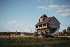 Photo de vieux dessiccateur de grain dans le village image stock