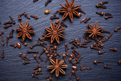 Photo de vintage, étoile d'anis et clous de girofle se trouvant sur la table foncée, assaisonnant pour faire cuire et faire Photos stock