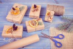 Photo de vintage, accessoires, décoration et cadeaux enveloppés pour Noël ou toute autre célébration images libres de droits