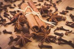 Photo de vintage, anis d'étoile, bâtons de cannelle et clous de girofle sur la table en bois, assaisonnant pour la cuisson Image libre de droits